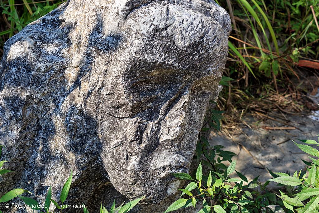 каменные фигуры в Новом Афоне