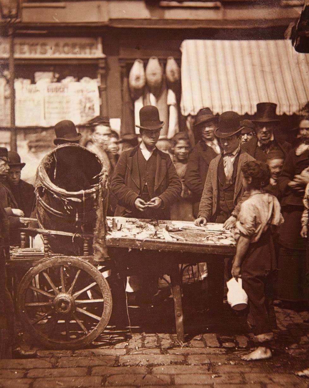 1877. Джозеф Карни продает свежую сельдь на уличном рынке между «Семи циферблатами» и «Пять циферблатами»
