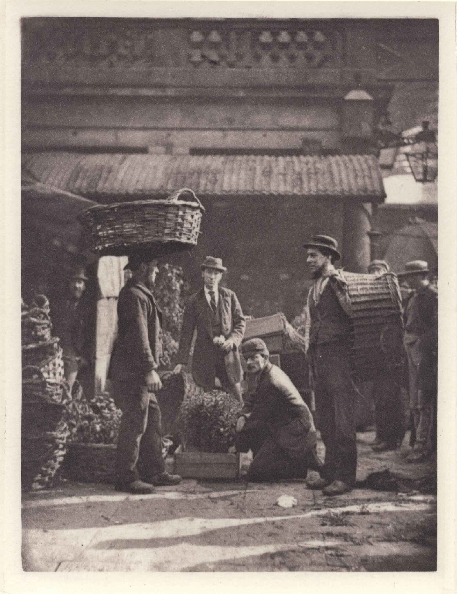 1877. Грузчики с коробками растений на рынке Ковент-Гарден