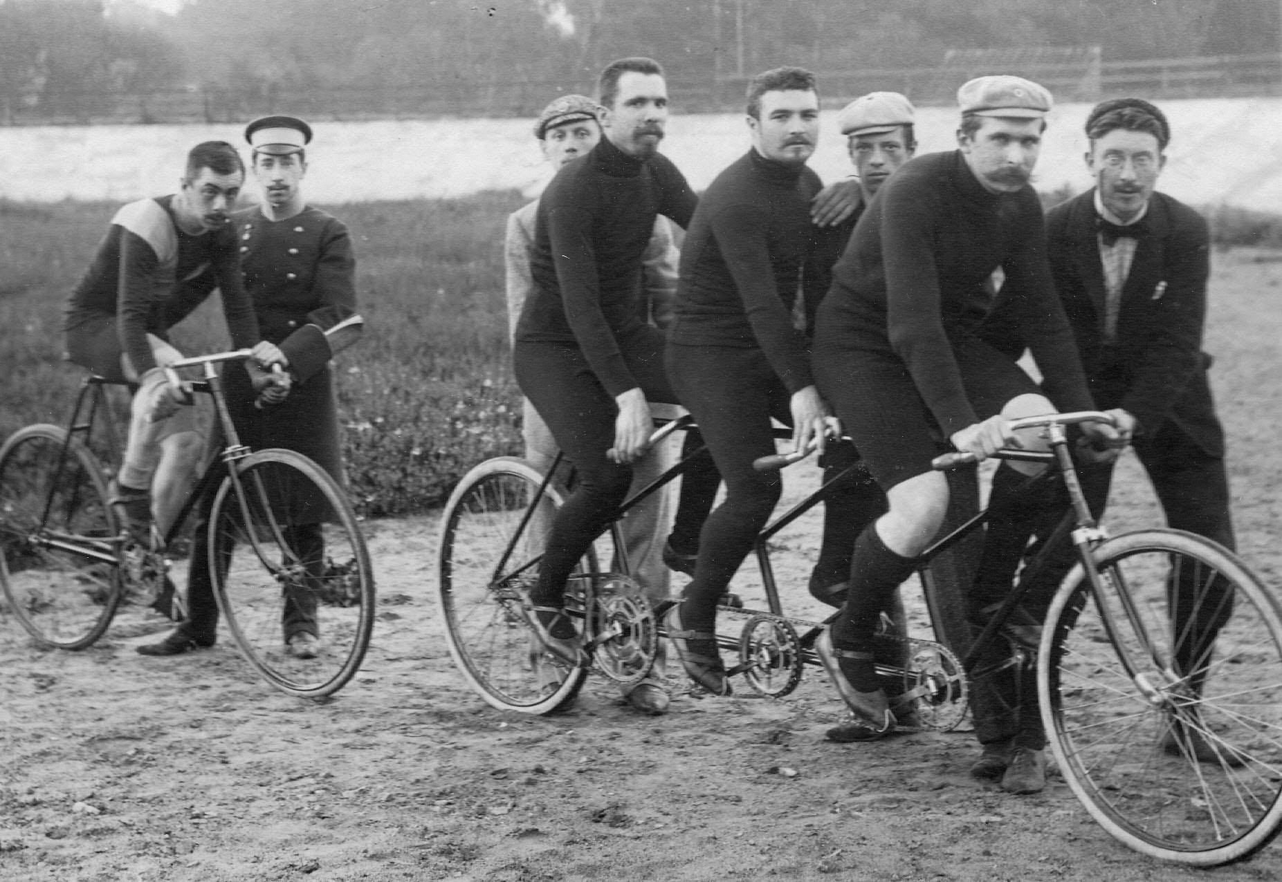 Спортсмены-велогонщики Стрельнинского общества велосипедистов-любителей на трехместном велосипеде
