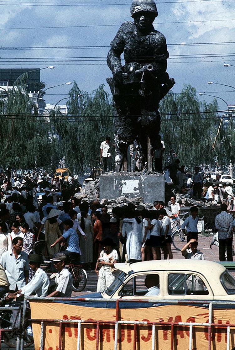 Победители уничтожают памятник южновьетнамским воинам. май 1975