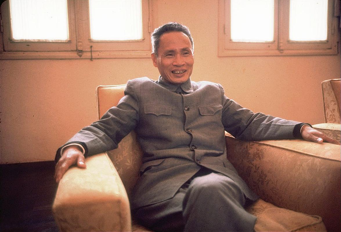 Премьер-министр Северного Вьетнама Фам Ван Донг, сидящий в кресле в президентском дворце