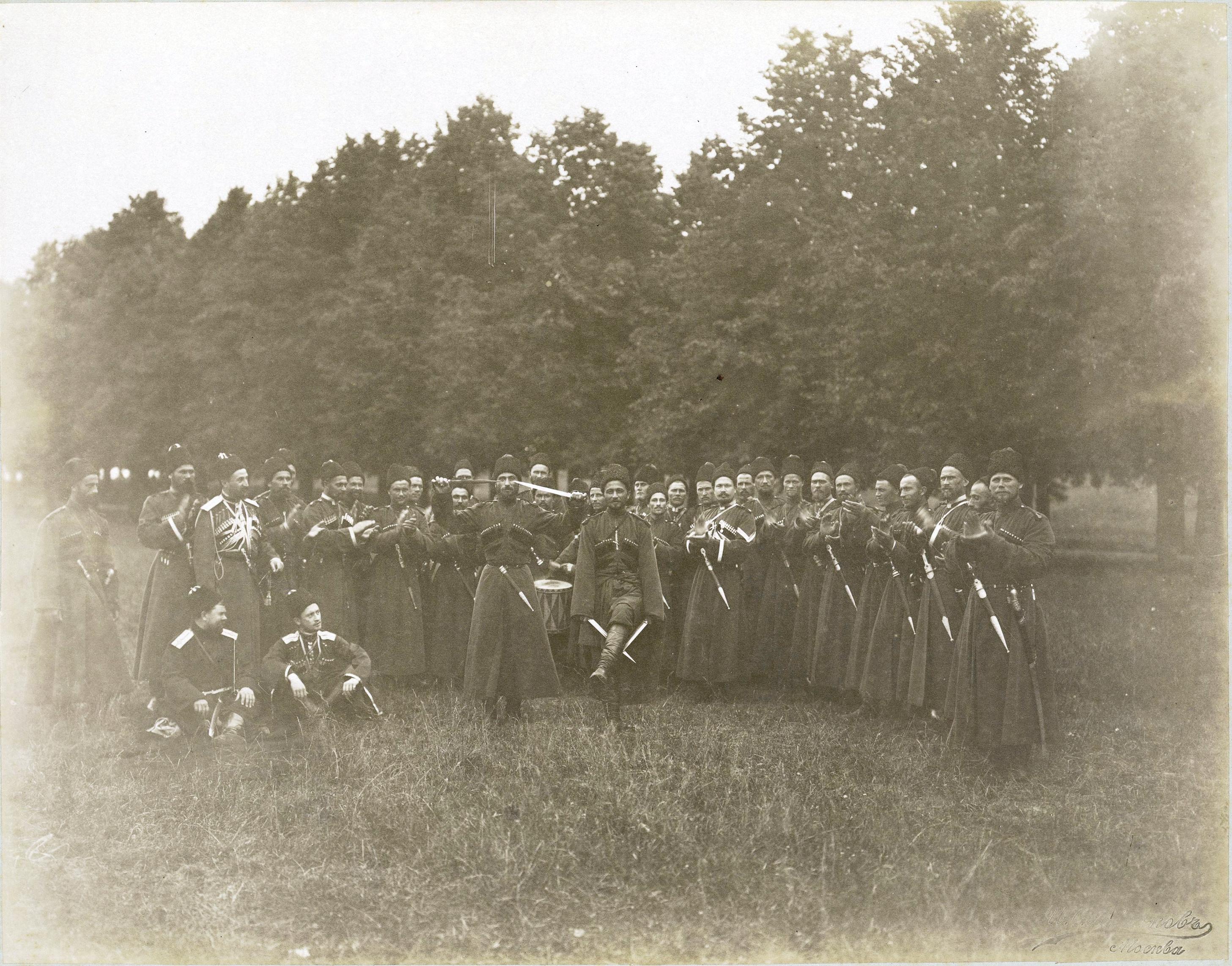 Гулянья во время коронационных торжеств. В парке группа танцоров в казацких национальных костюмах.1896