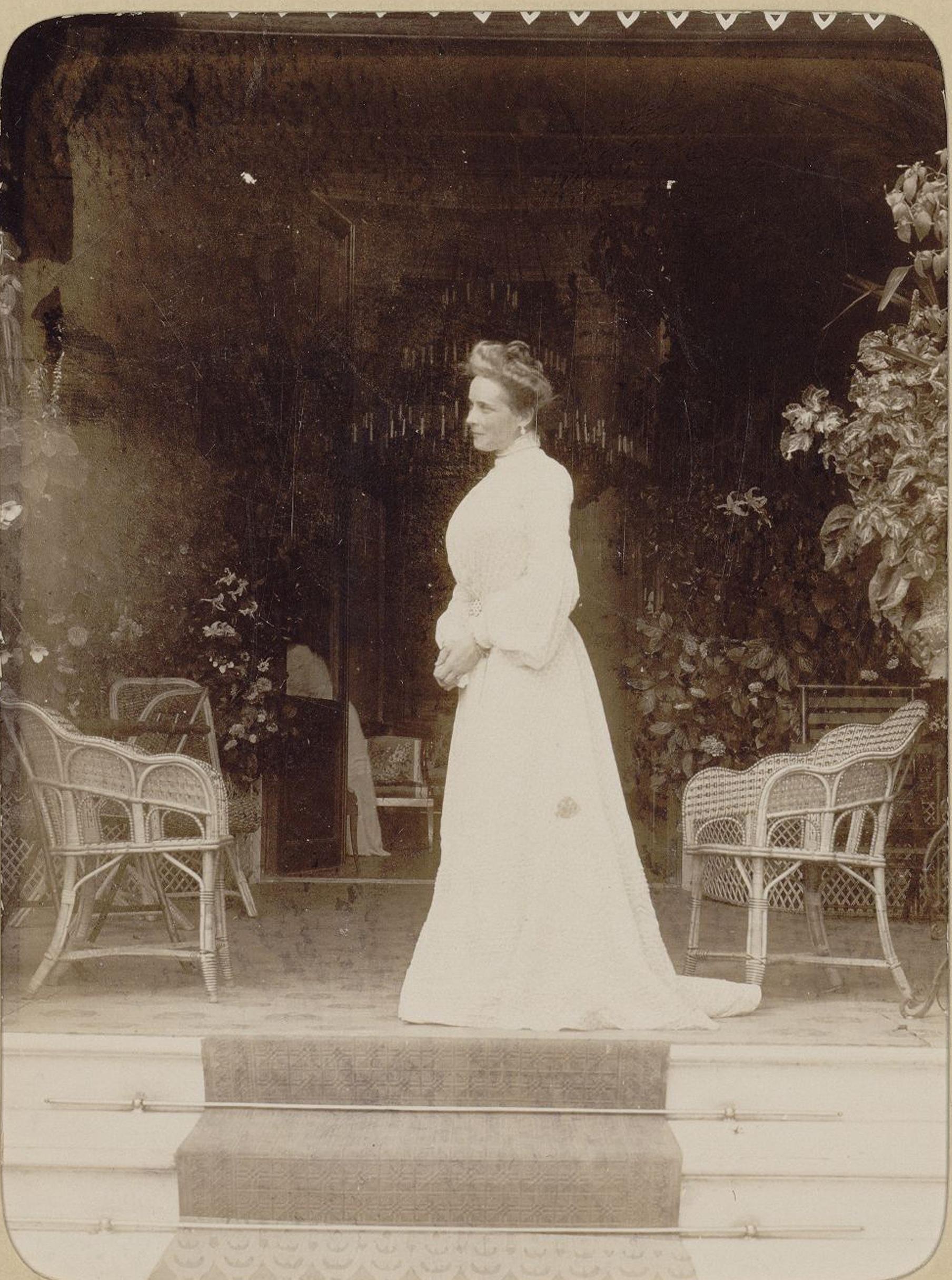 Княгиня З.Н. Юсупова, графиня Сумарокова-Эльстон на ступенях полуротонды дворца. 1900-е
