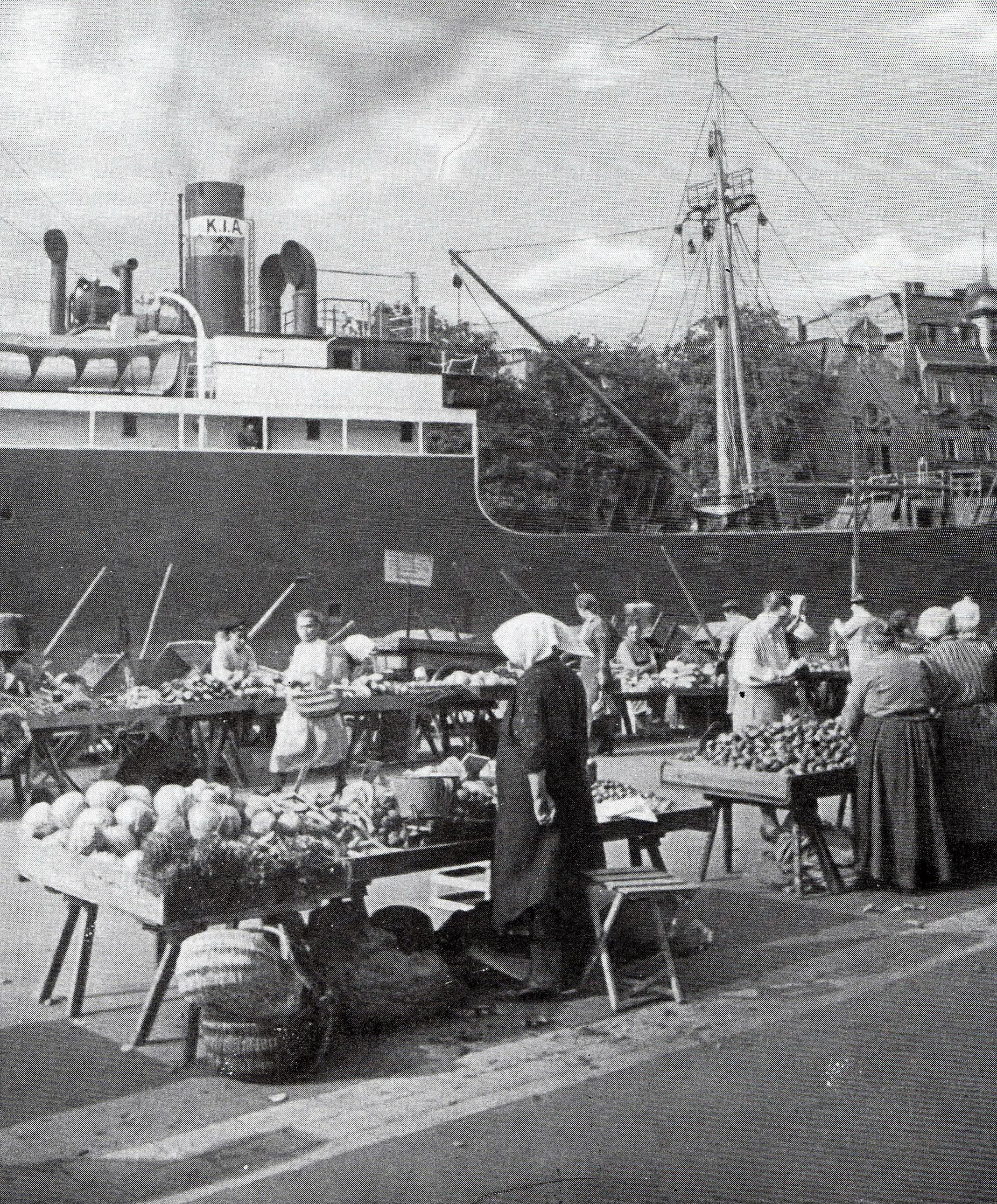 Морской корабль перед овощным рынком. 1920-е