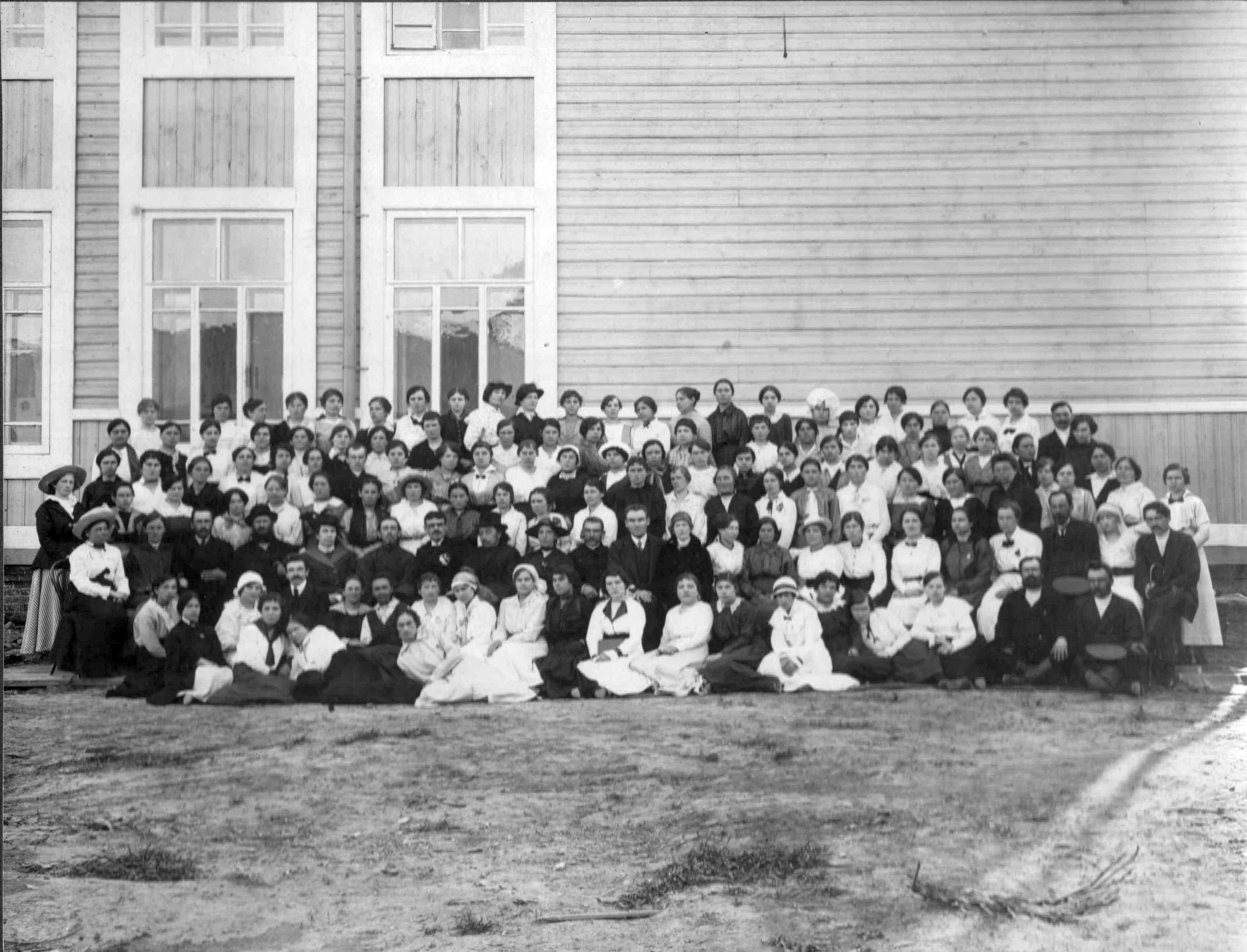 1917. У здания гимназии.