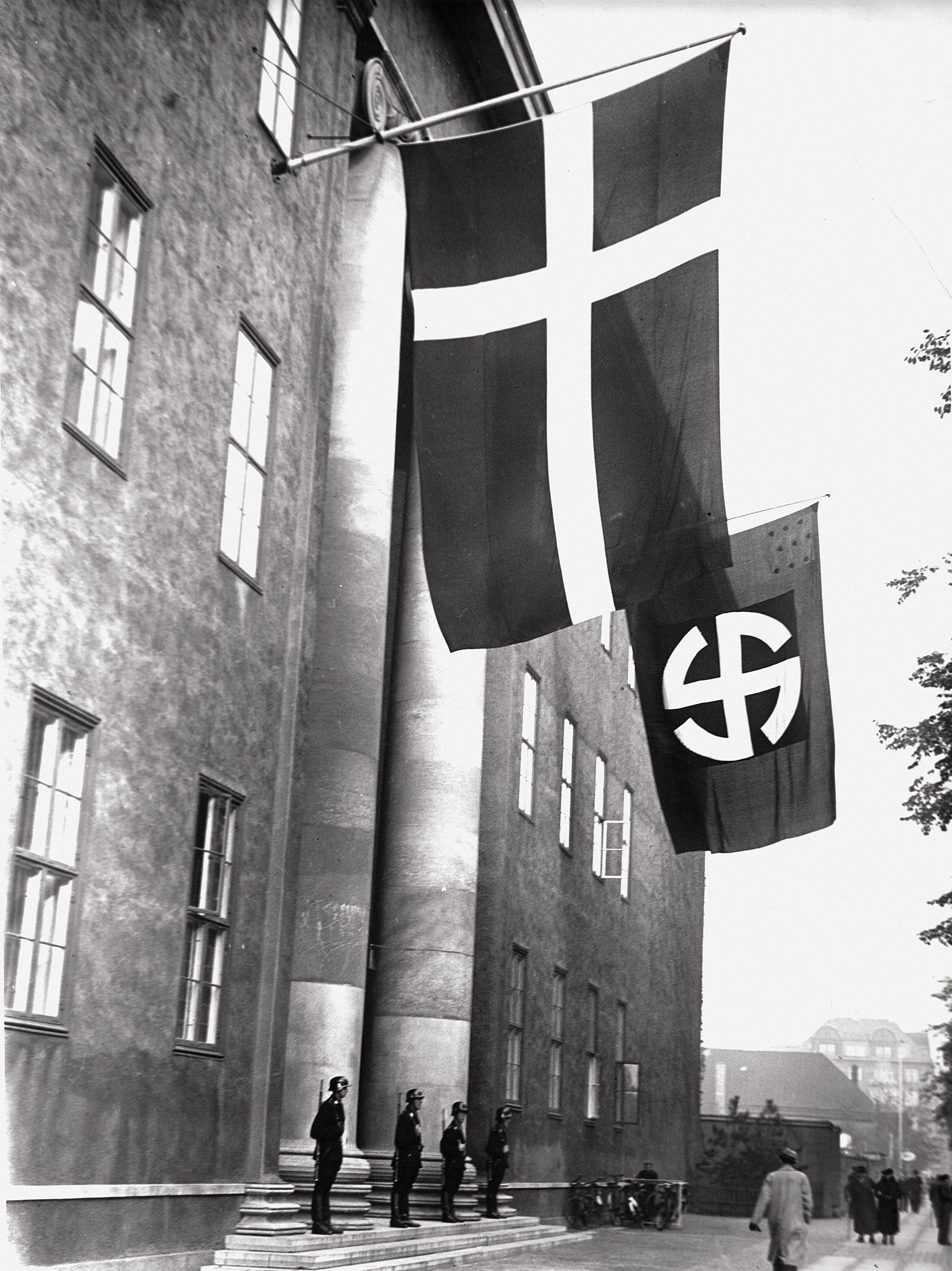 1943. Флаг корпуса СС «Шальбург» и флаг Дании на здании Датского ордена масонов