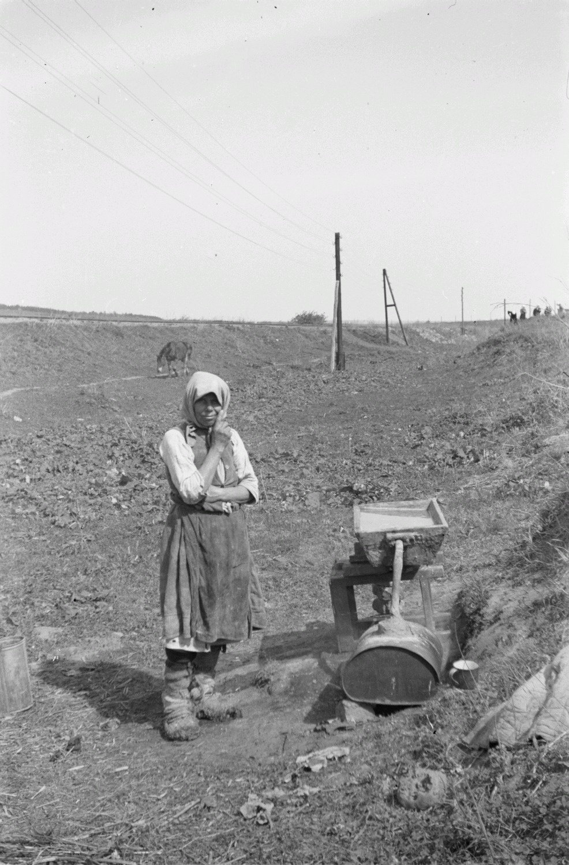 Женщина возле самогонного аппарата