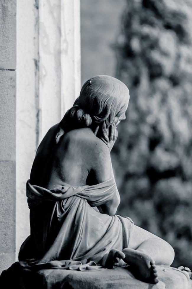 © tumblr.com     Эта таинственная, новтоже время чувственная скульптура находится наз