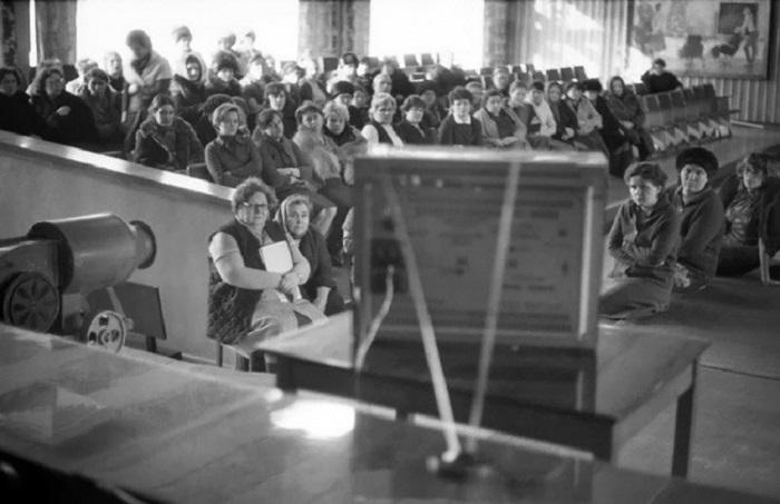 Просмотр обучающего фильма. СССР, Новокузнецк, 1980-е годы.   На окраине города