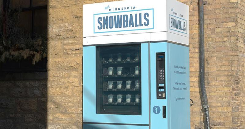 Бизнес по-американски: во время проведения Супербоула болельщикам продавали снежки по 1 доллару (2 фото)