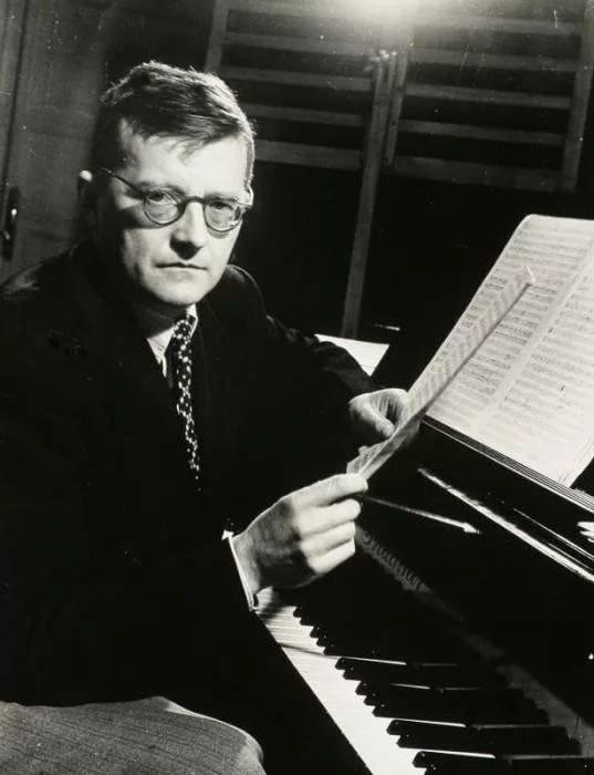 Фото 4 - Д. Шостакович за работой.jpg