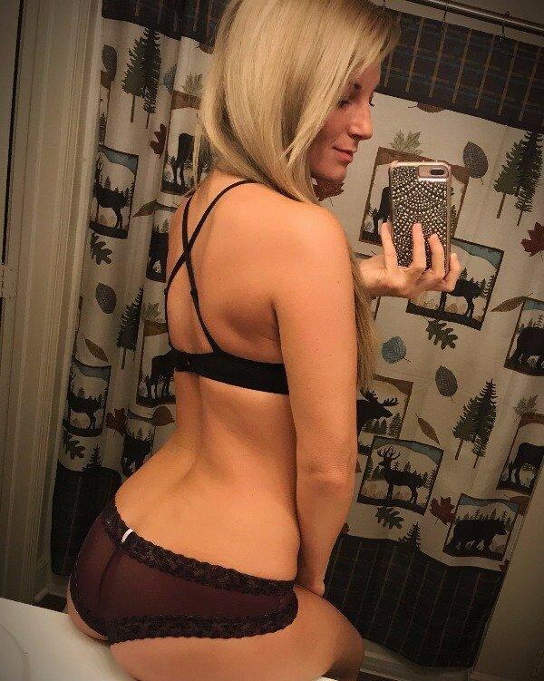 блондинка в нижнем белье перед зеркалом - 2