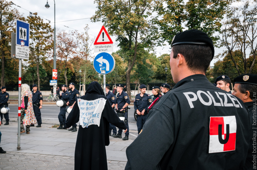 Митинг в Вене 2017, Protest against Austrian ban on full-face veil