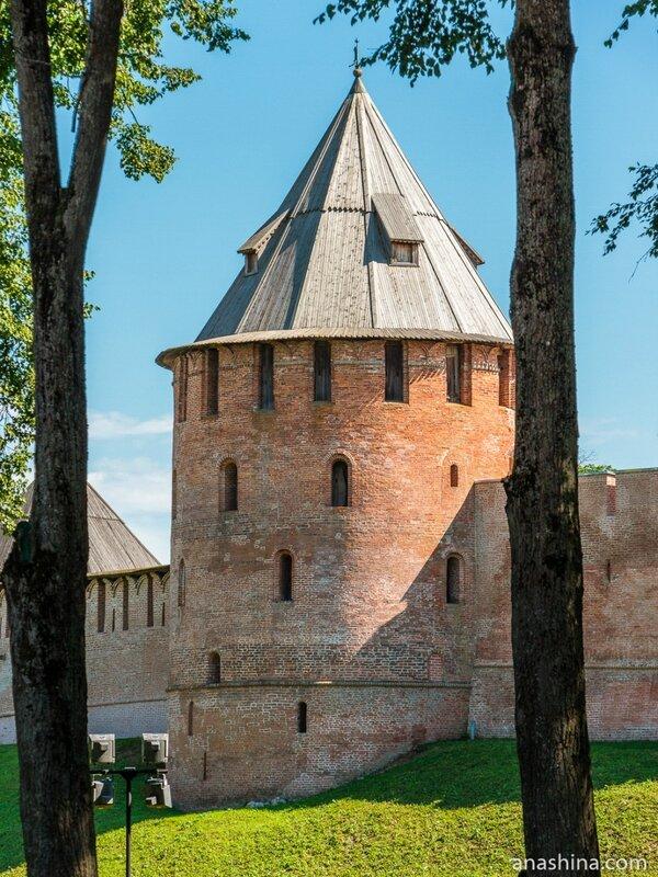Стены и башни Новгородского кремля