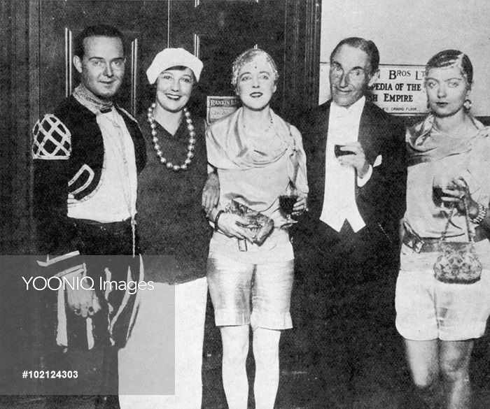Уильям Актон, Марго Бендир, Элизабет Понсонби, Гарри Мелвилл, Бабе Планкет Грин на вечеринке Дэвида Теннанта 1928.