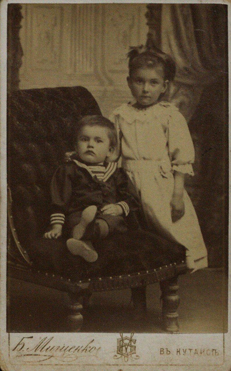 1896. В.В. Маяковский с О.В. Маяковской. Кутаис