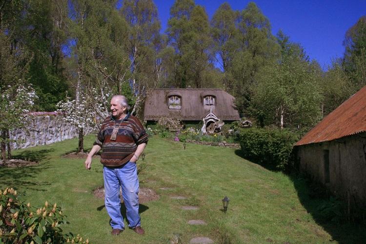 Стюарт Грант на фоне своего творения около 10 лет назад.