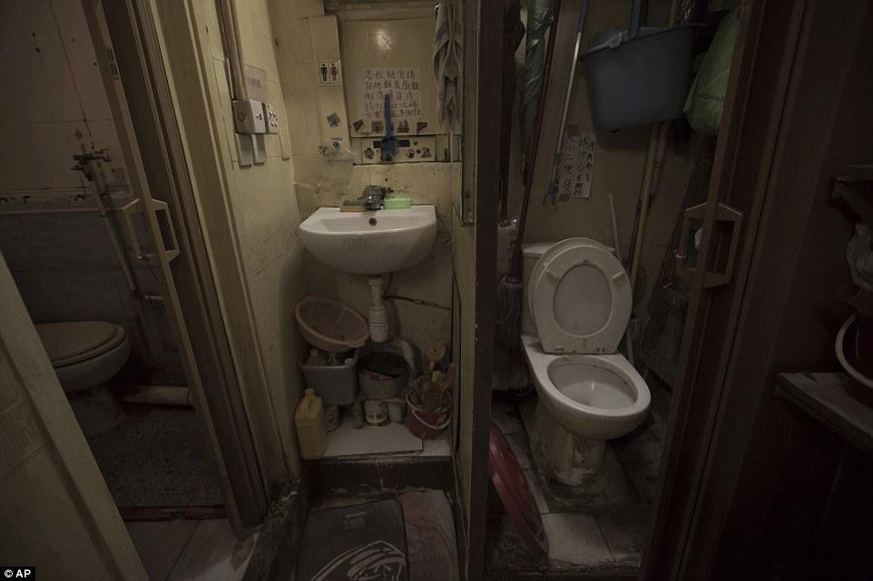 Туалет и раковину делят почти два десятка человек, включая нескольких одиноких женщин.