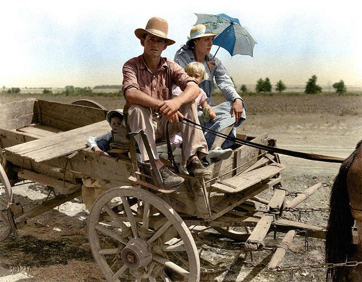 Портрет семьи рядом с Маскоджи, штат Оклахома, во время засухи, август 1939 года.