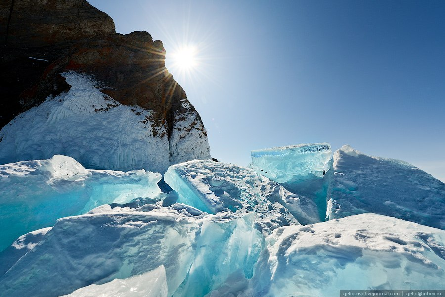 Благодаря трещинам во льду рыба на озере не гибнет от недостатка кислорода.