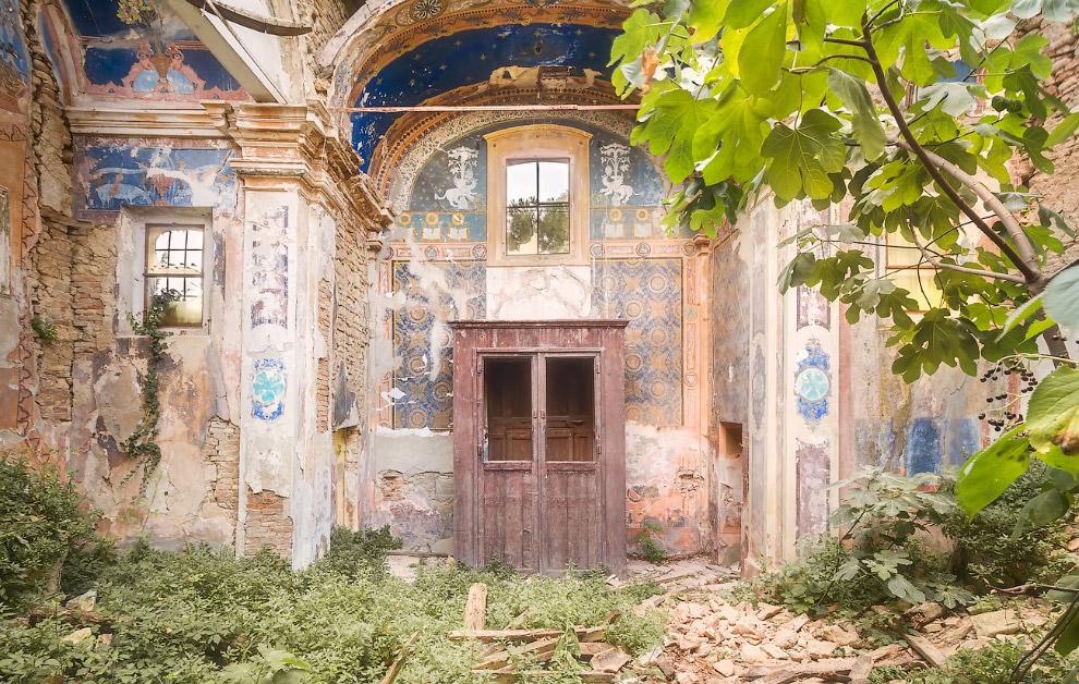3. Кровать в заброшенном санатории. Сегодня тут отдыхают лишь призраки.