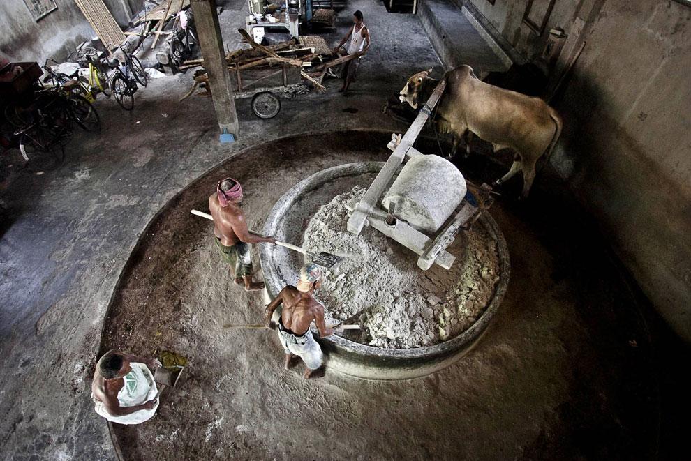 В качестве мукомольного аппарата на фабрике используют огромную чашу, однотонный цилиндр и быко