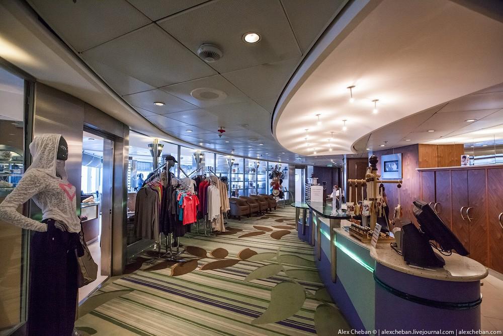 34. Фитнес-зал с беговыми дорожками с окнами, направленными в сторону движения корабля.