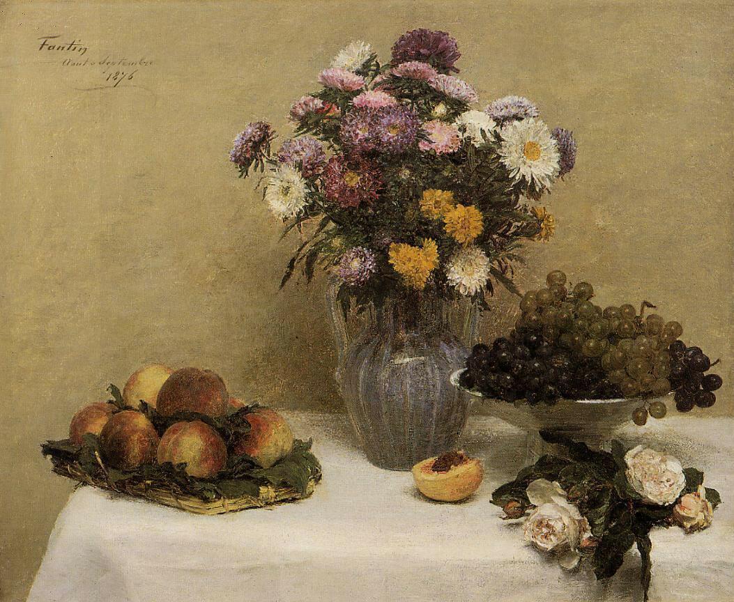 Анри Фантен-Латур.Белые розы, астры в вазе, персики, виноград на столе с белой скатертью..jpg
