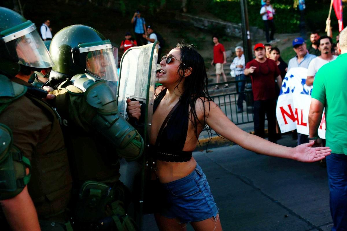Женской грудью на защиту от полицейского произвола: Особенности чилийского уличного протеста