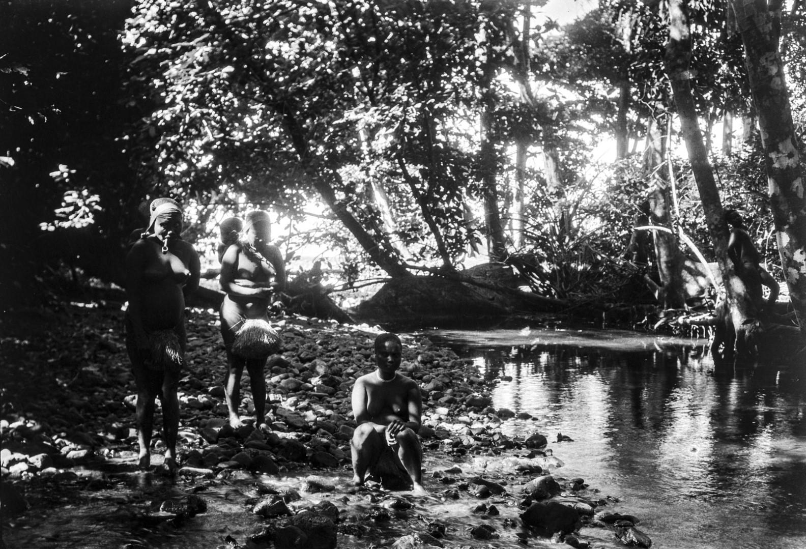 1276. Народность онге. Женщины на реке