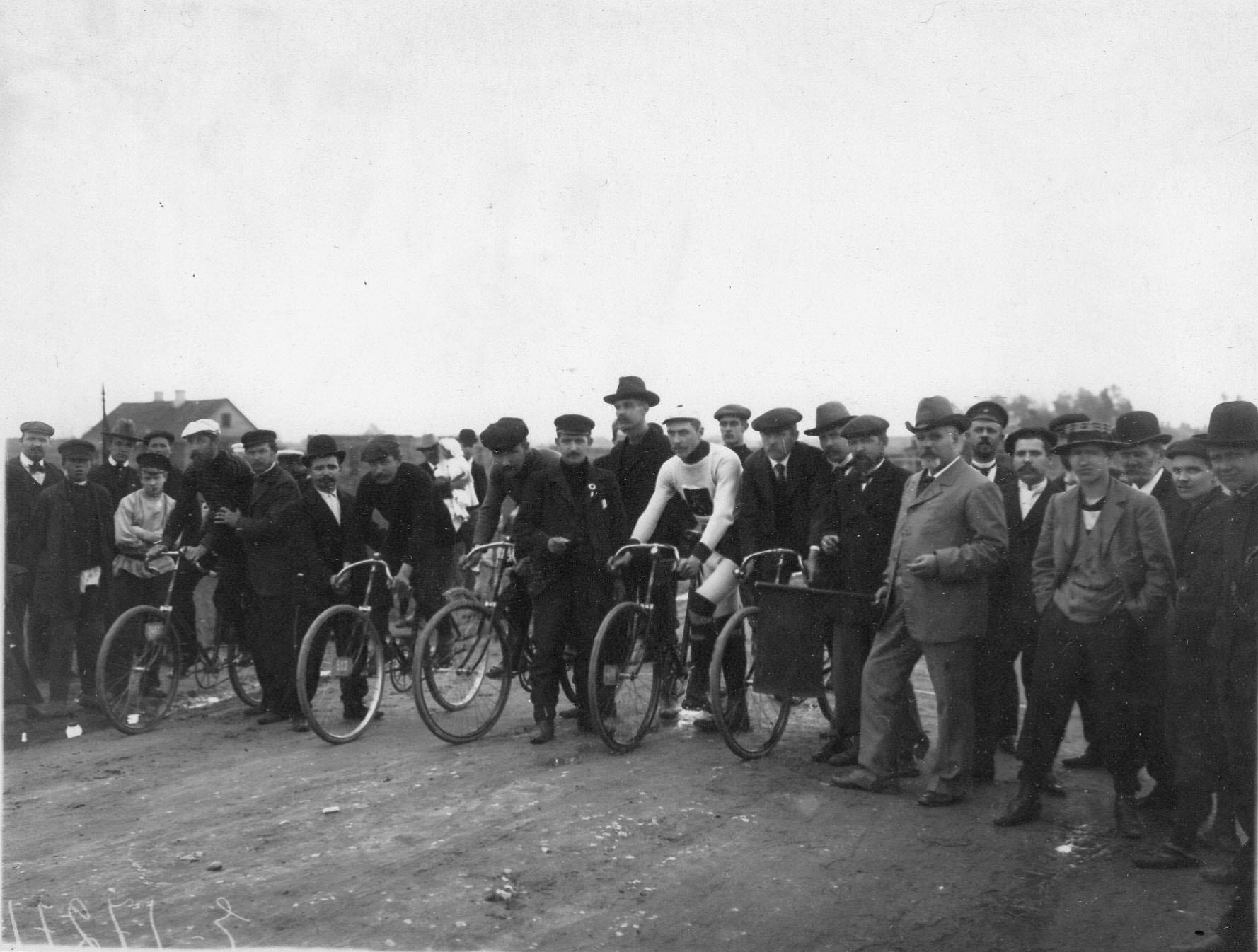 Группа участников велогонок на Московском шоссе
