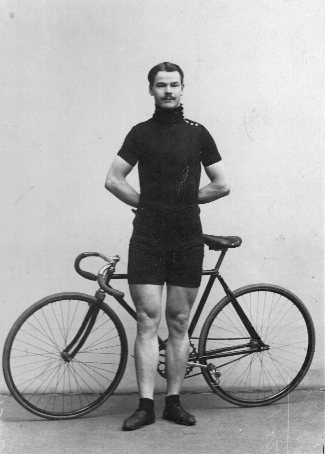 Велогонщик, чемпион Германии Майер, представляющий фирму Дюркопп