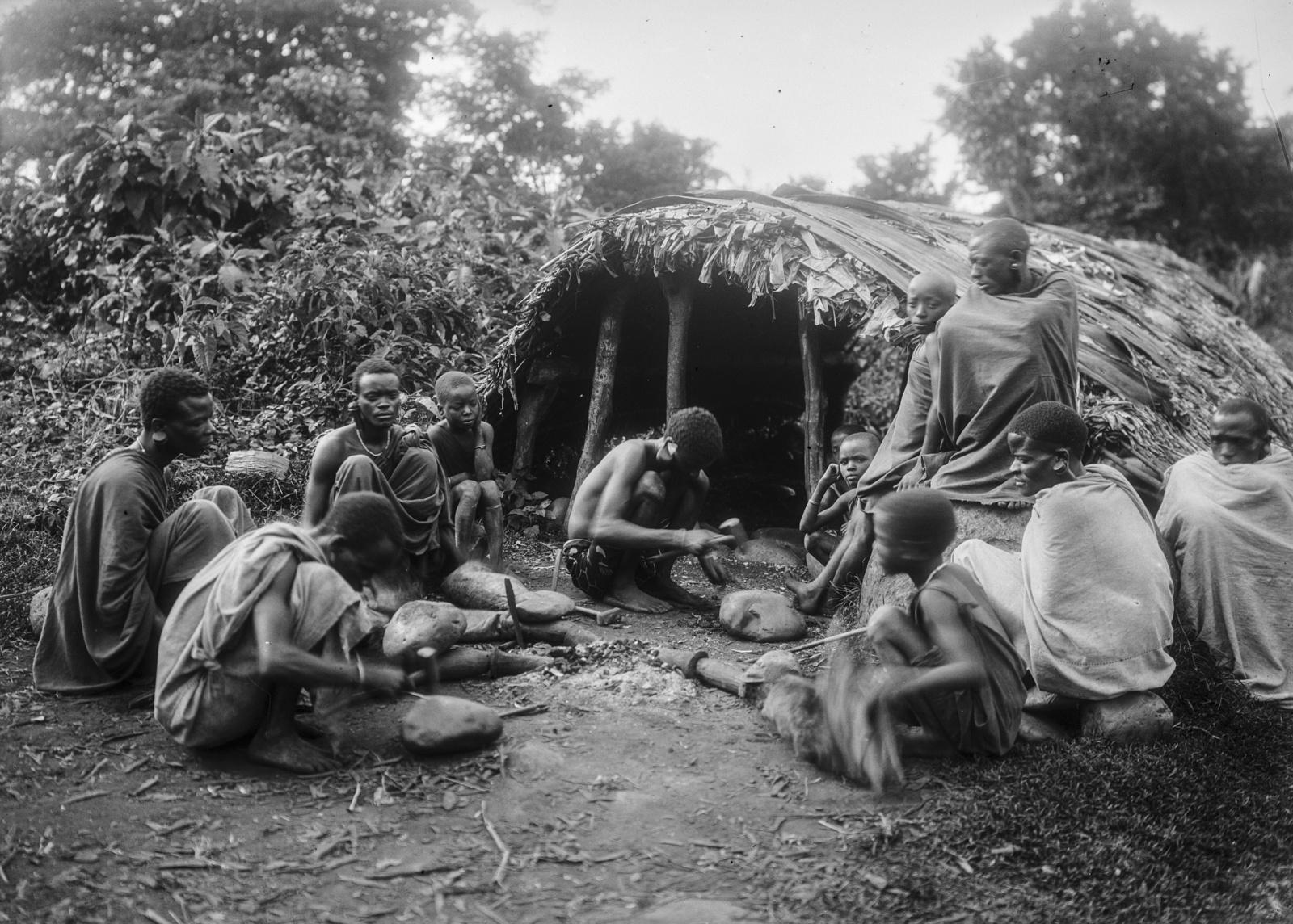 182. Мужчины чагга возле хижины