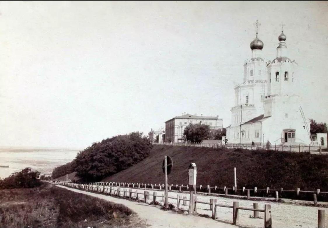 Георгиевский спуск, Георгиевская церковь и Верхняя набережная