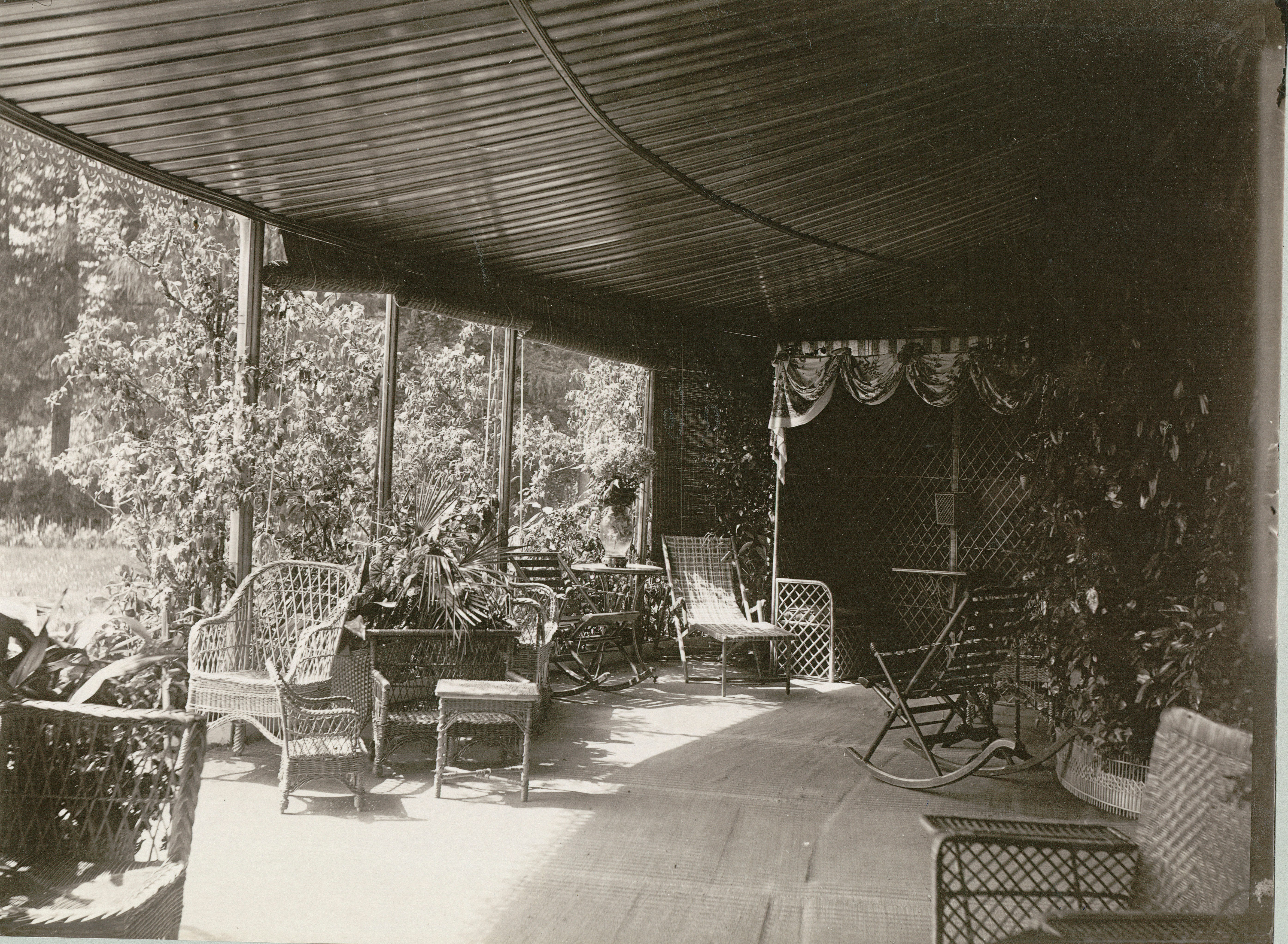 Веранда у ротонды дворца. Юго-западная часть. Обстановка – плетеная мебель