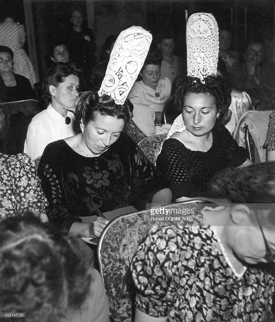 1944. Бретонские женщины в традиционных костюмах и головных уборах