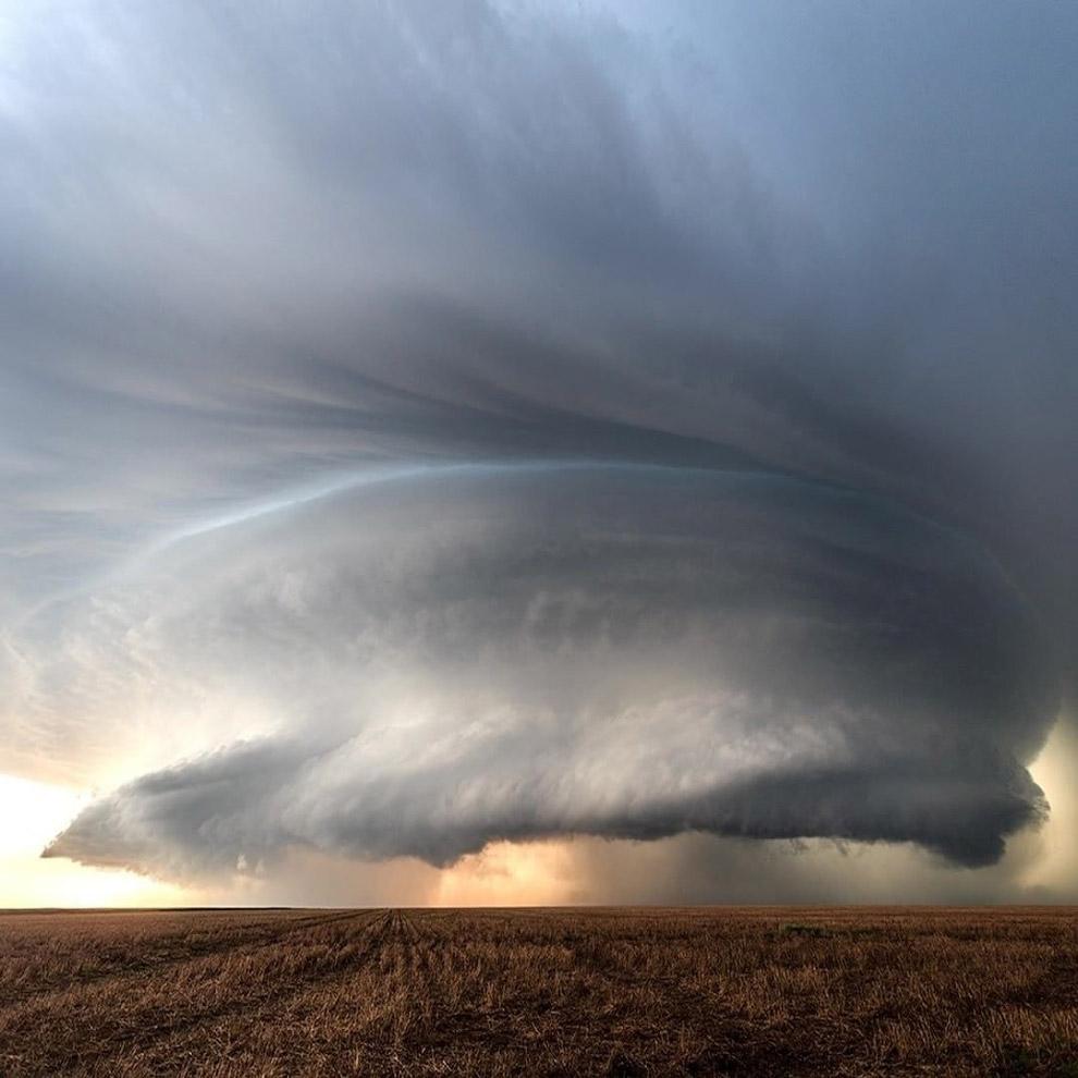 Слово «Торнадо» происходит из испанского языка и обозначает поворот. Торнадо возникает при опре