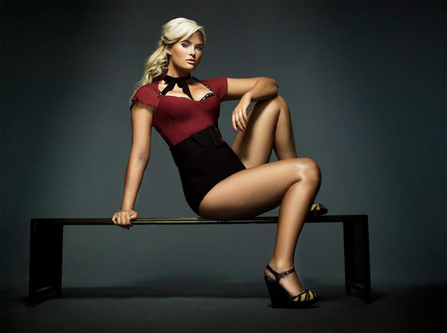 Уитни стала известной, выиграв популярный телевизионный конкурс «10 лучших моделей Америки». Кле