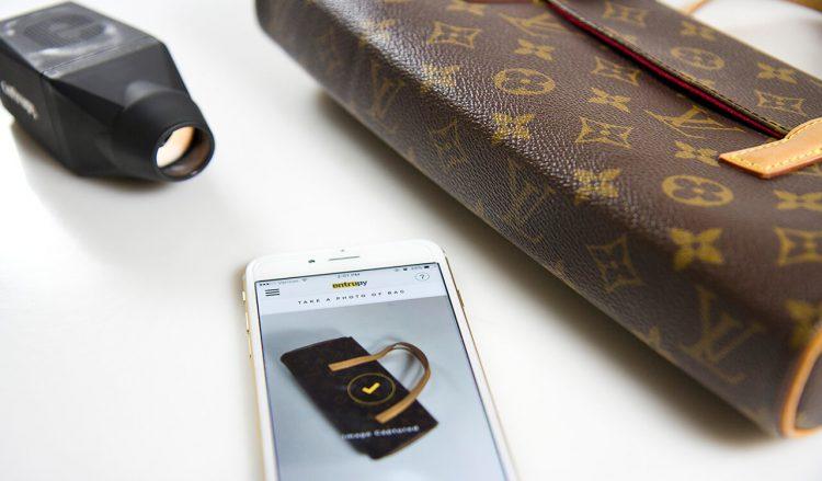 Сканер Entrupy подключается к вашему смартфону, на котором вы устанавливаете специальное приложение.