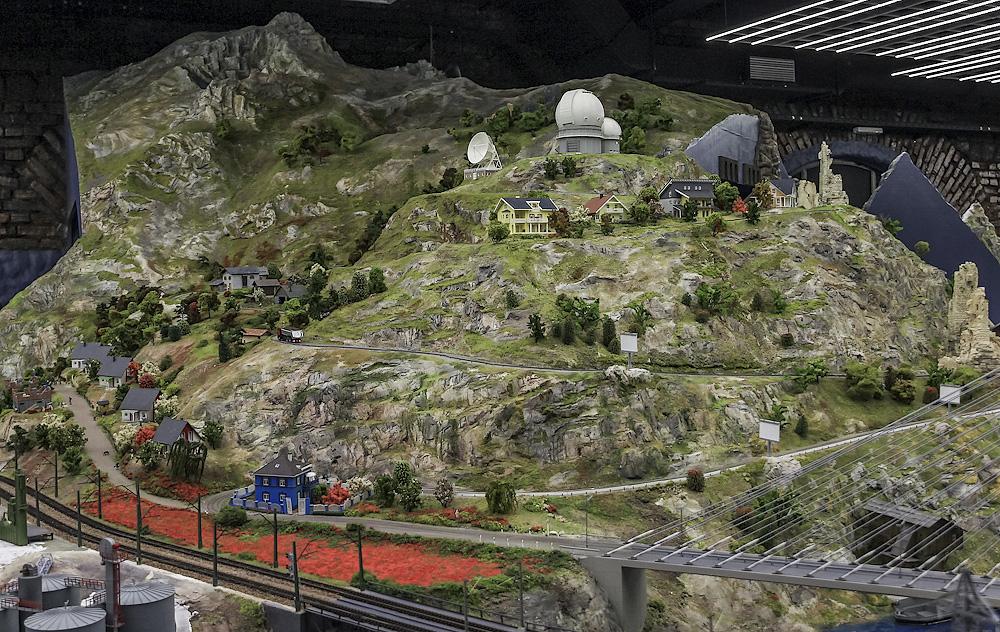А недалеко от вершины - обсерватория.
