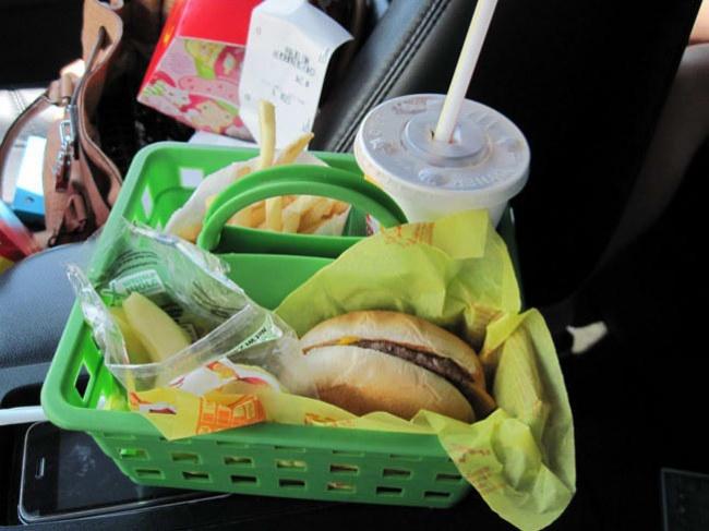 © lookiewhatidid.blogspot     Когда ешь вмашине, часто незнаешь, что куда положить, иб