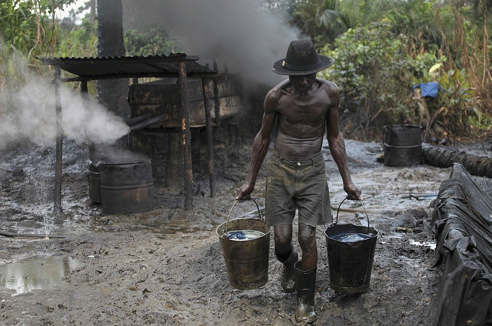 Обычный вид нелегального завода по добыче (воровству) сырой нефти. (Фото Akintunde Akinleye  