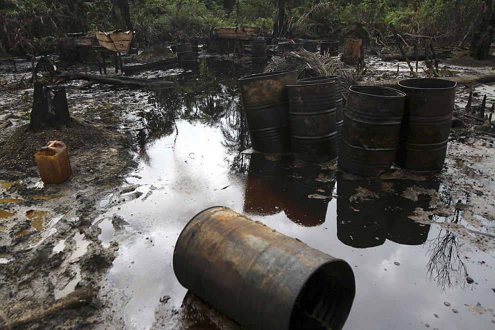 Пожар на месте незаконной добычи нефти. Некоторые кадры напоминают места военных действий. Вр
