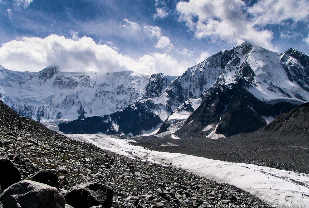 Гора Белуха  — наивысшая точка Горного Алтая (4 506 м), венчающая Катунский х