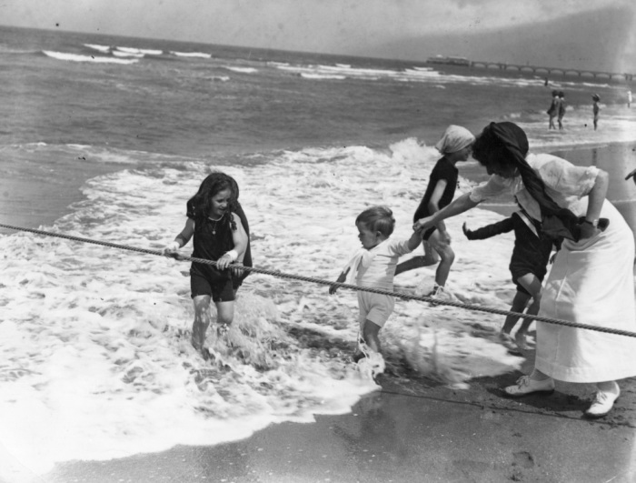 Ведёрко и лопатка — неизменные атрибуты детских игр на пляже вот уже почти 100 лет. Ре