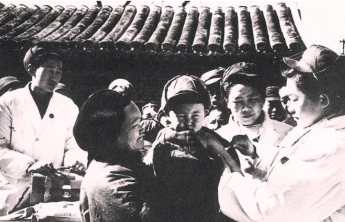 Детям, рожденным освобожденными девушками, ставят прививки.   Проституция в материковом Китае п