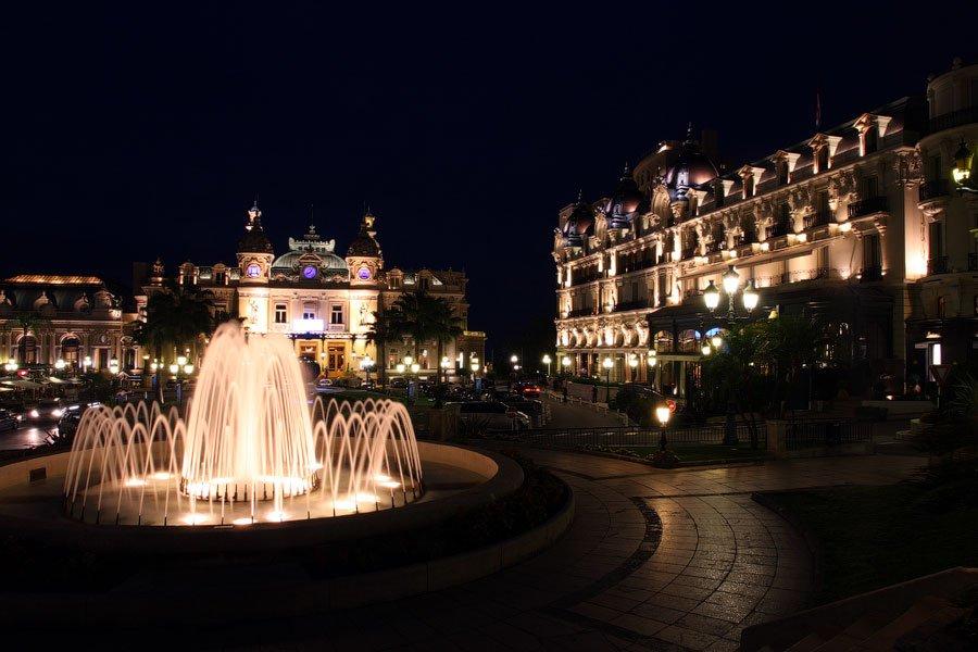Ночной вид на  Монте-Карло , самый дорогой и фешенебельный район Монако: