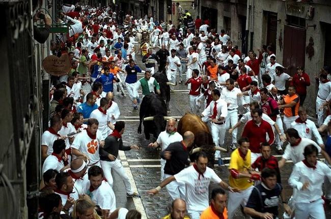 Энсьерро — это обычай, состоящий в убегании от быков, которых специально выпускают из загона. Прогон