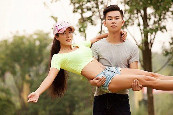 Мать 22-летнего парня выглядит настолько юной, что большинство встречных принимают ее за подружку со